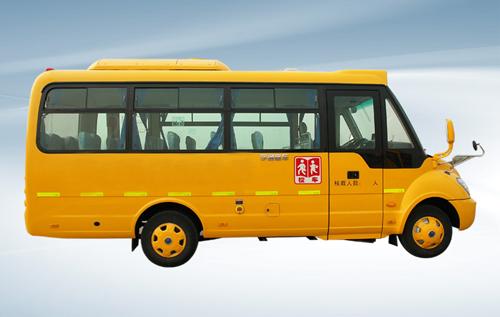 """与一般的车辆不同,这2辆美式校车最大的特点是有个""""大鼻子""""车头,车头"""